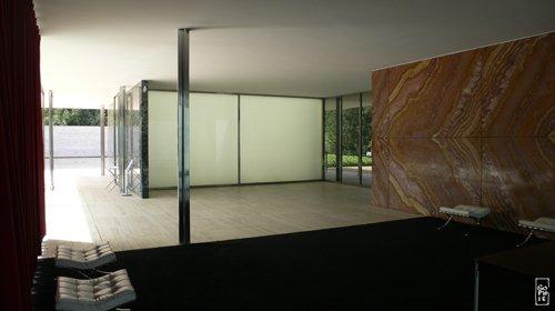 Inside Mies Van Der Rohe Pavilion Dans Le Pavillon Mies